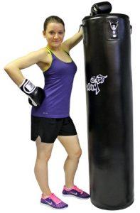 Mädchen mit Kickboxsack