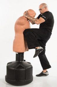 Mann kämpft mit Standboxsack